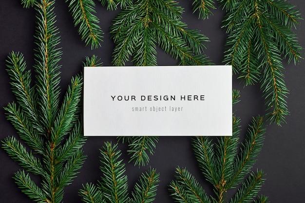 블랙에 전나무 나무 가지와 크리스마스 인사말 카드 모형