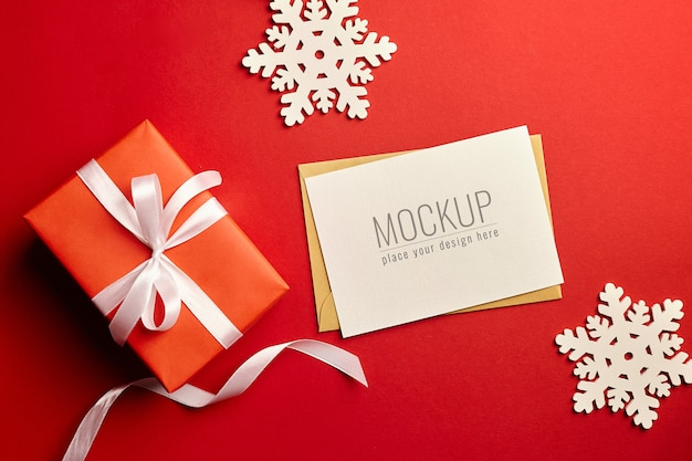 Макет рождественской открытки с подарочной коробкой и деревянными украшениями