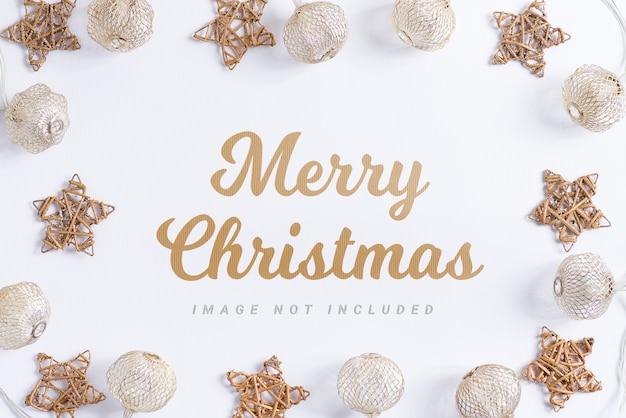 クリスマス休暇の構成。白い背景の上のボールと星のモックアップフレーム。