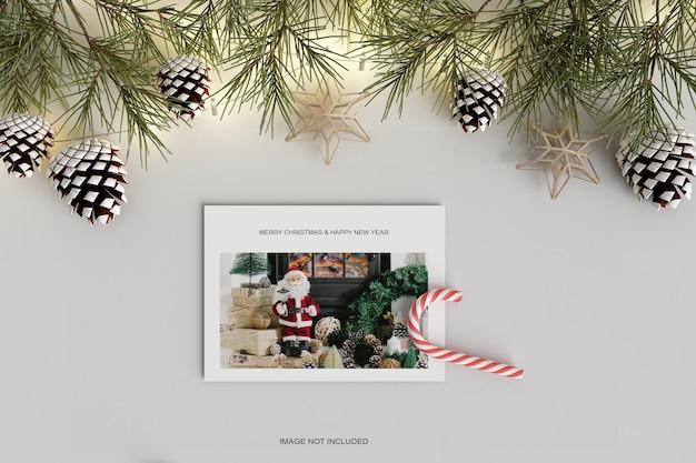 Рождественский праздник поздравительный дизайн с конфетами и макетом из сосновых листьев