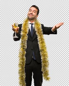 クリスマス休暇のイベント。新しい年2019を祝うシャンパンを持つ男