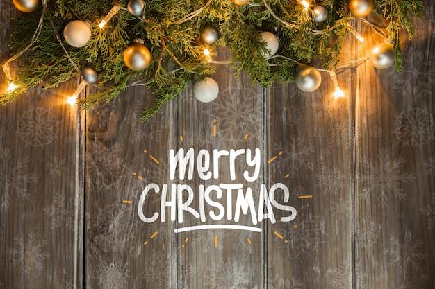 나무 테이블에 크리스마스 조명 된 코로 넷