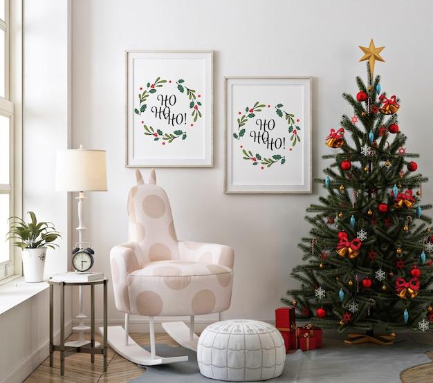 モックアップポスターフレームとクリスマスツリーのクリスマスリビングルーム
