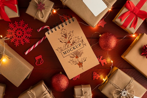Blocco note di natale mock-up e scatole regalo