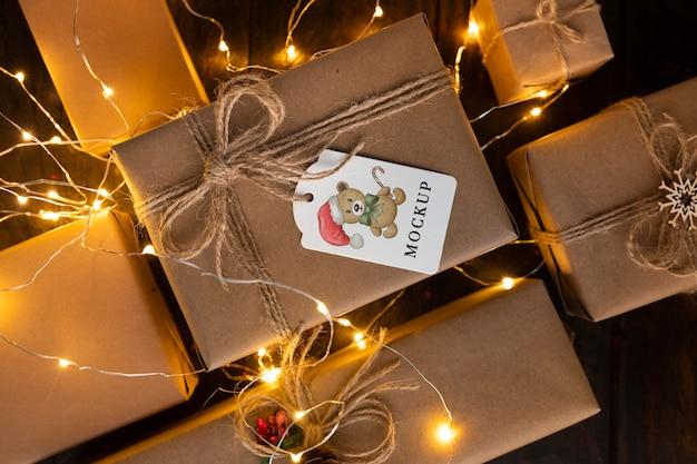 クリスマスのモックアップさまざまなサイズのギフトとロープの弓