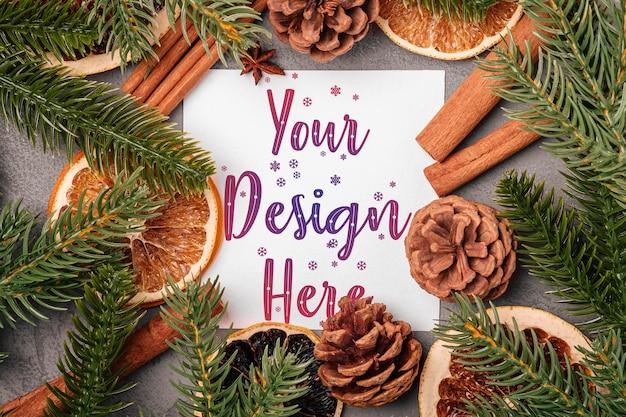 Рождественский макет композиции с корицей, анисом, сухофруктами, сосновыми шишками и украшениями из хвои на сером