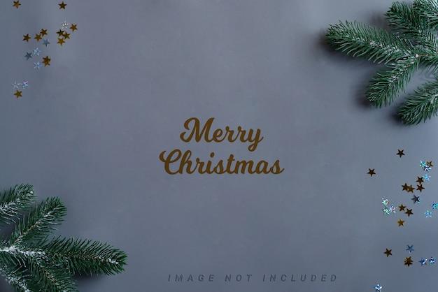装飾とモミの小枝が付いているクリスマスのモックアップ。