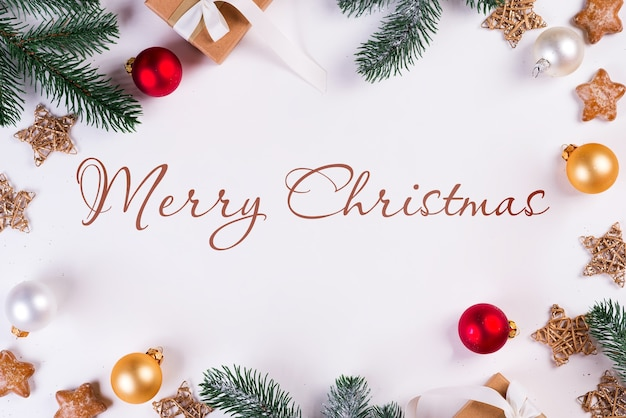 モミの枝や装飾品とクリスマスのモックアップ