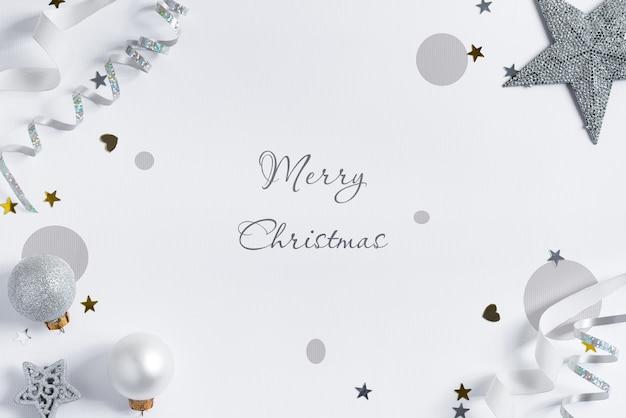 シルバーのリボンと装飾が施されたクリスマスのモックアップ。