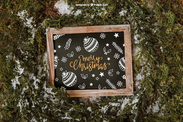 Рождественский макет со сланцем и снегом