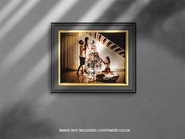 ドロップシャドウのモックアップとクリスマスのモノクロとゴールドの水平壁フレーム