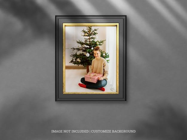 ドロップシャドウのモックアップとクリスマスのモノクロとゴールドの垂直壁フレーム