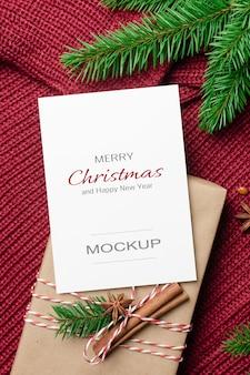 장식된 선물 상자와 전나무 나뭇가지가 있는 크리스마스 또는 새해 인사말 카드 모형