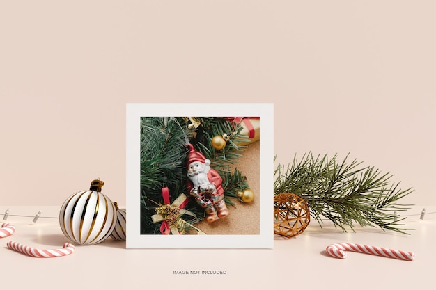 Новогодняя фоторамка с рождественской подарочной коробкой и макетом из соснового листа