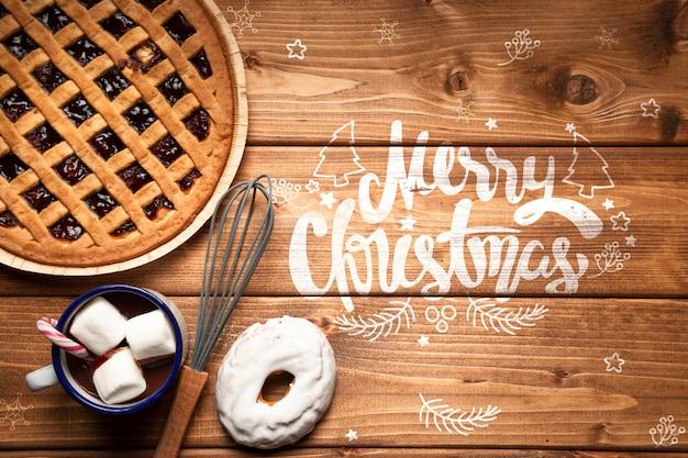 Рождественский пирог и горячий шоколад с копией пространства
