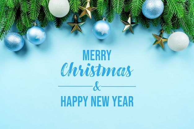 크리스마스 장식 모형과 함께 크리스마스 선물과 소나무