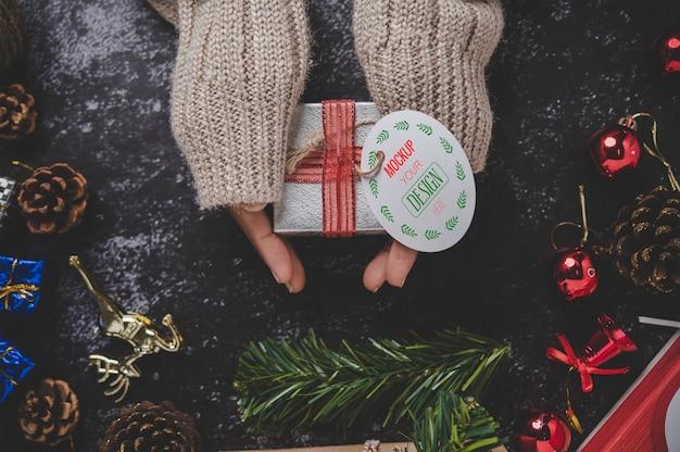 선물 상자에 크리스마스 선물 태그