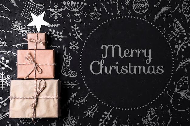 包まれた贈り物で作られたクリスマスツリー