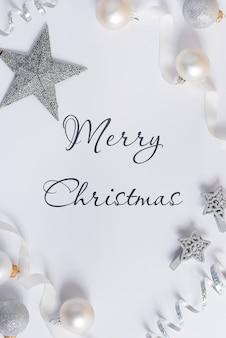 装飾が施されたクリスマスの白い背景のモックアップ