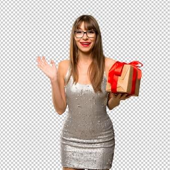 크리스마스 휴일. 새 해 2019 elebrating 장식 조각 된 드레스를 입고 여자