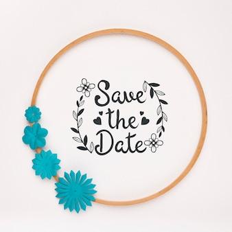 青い花の円形フレームは、日付のモックアップを保存します