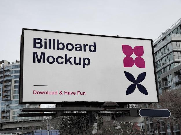 Макет городского рекламного щита над зданиями