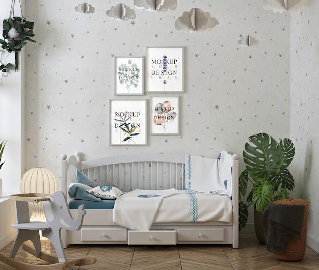 フォトフレームのモックアップが付いている古典的な赤ん坊の寝室
