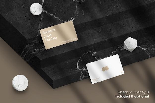 Классический элегантный макет визитной карточки с наложением теней на мраморный камень
