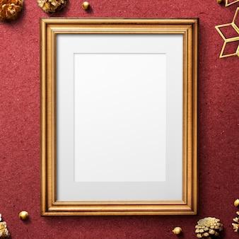 クリスマスの装飾が施されたクラシックなゴールドフレームのモックアップ