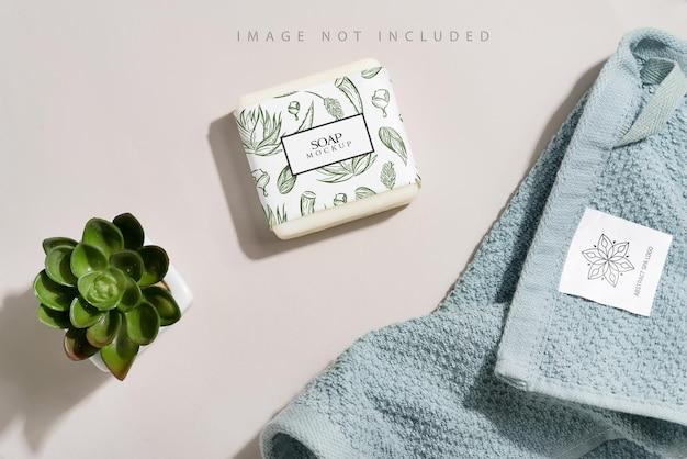 植木鉢で清潔で柔らかいタオルと石鹸のモックアップ