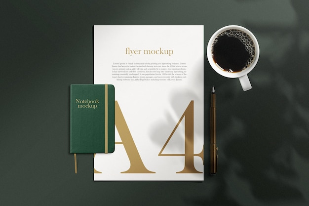 Pulisci il modello minimo di carta e quaderno a4 sullo sfondo con una tazza di caffè e una penna
