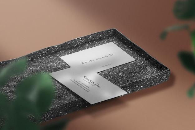 黒い石のプレートに最小限の名刺のモックアップをきれいに
