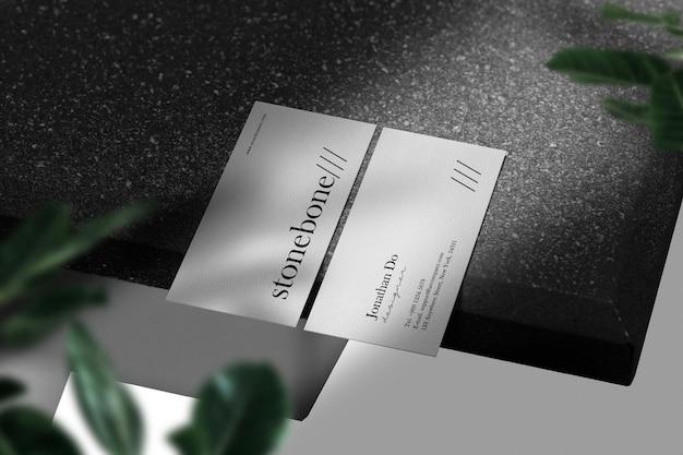 黒い石のテーブルの最小限の名刺のモックアップをきれいにする