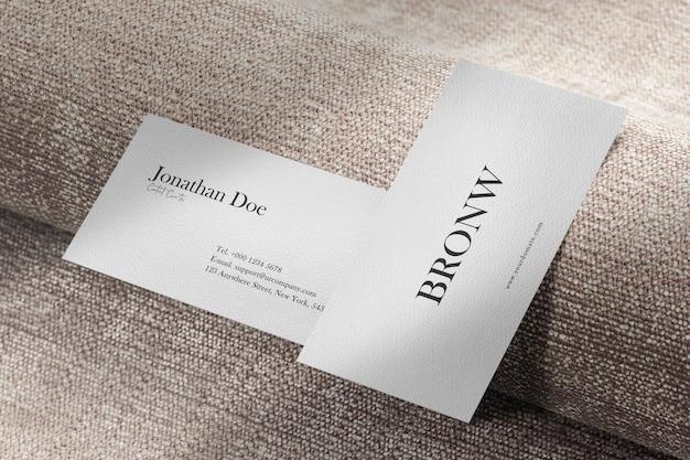 Чистый минимальный макет визитки на крафтовой ткани