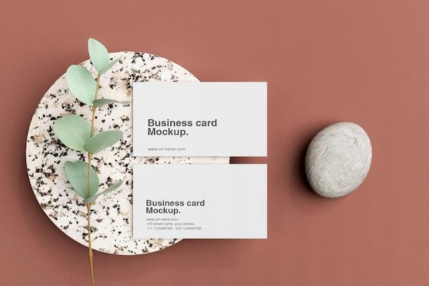 Чистый минимальный макет визитки на маленькой мраморной тарелке
