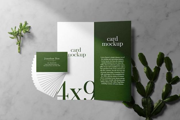 緑の葉で紙のカードの最小限の名刺のモックアップをきれいにする