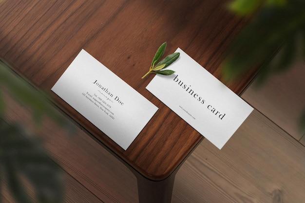 葉で上のテーブルの最小限の名刺のモックアップをきれいにします。