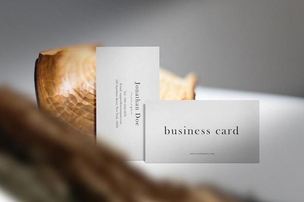 Чистый минимальный макет визитной карточки на верхнем столе с деревом.