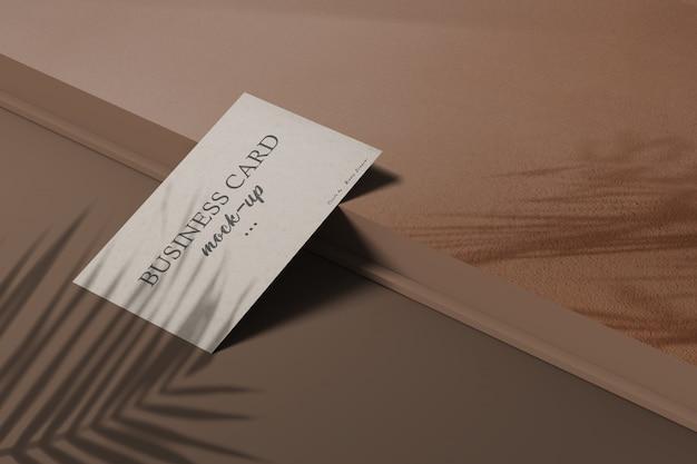 Чистый минимальный макет визитки с теневым наложением