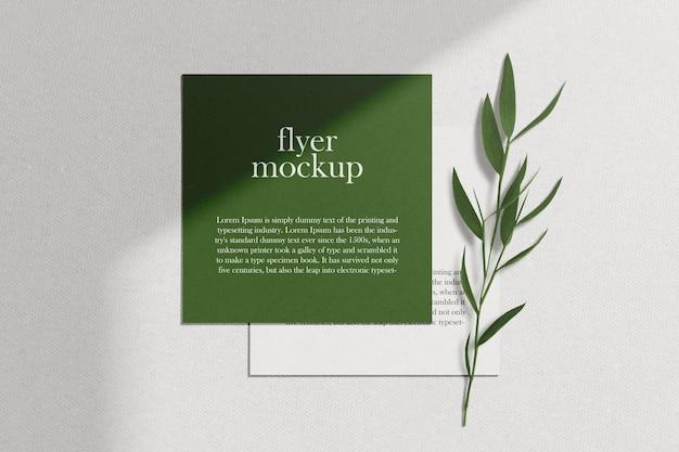 Чистый минимальный макет флаера на текстуру бумаги с листьями. psd файл.