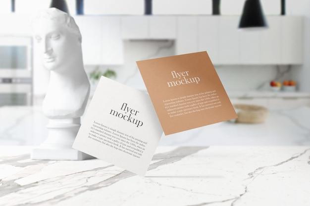Pulisci il modello di volantini quadrati minimi che galleggia sul tavolo di marmo superiore in cucina