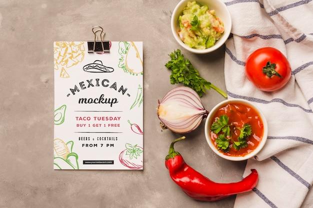 Mockup di appunti accanto a tipici ingredienti messicani