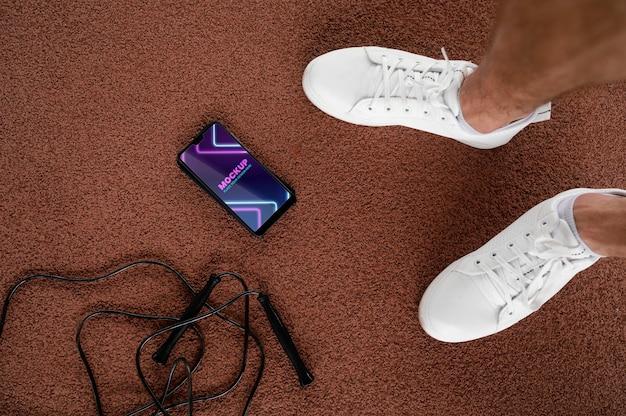 アスリートの足とスマートフォンをクローズアップ