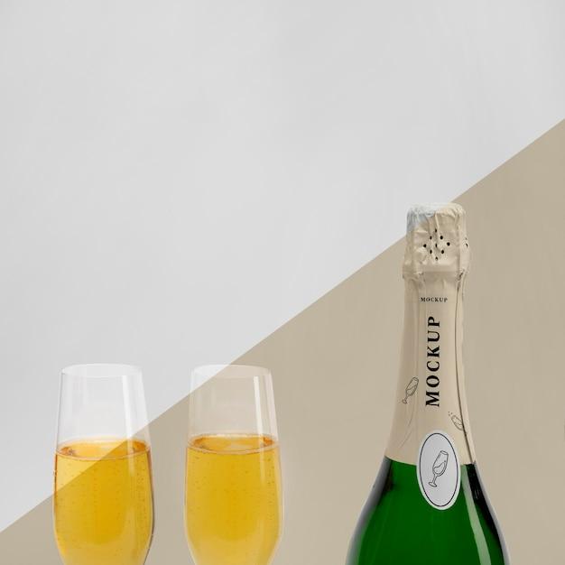Primo piano di una bottiglia di champagne con copia spazio