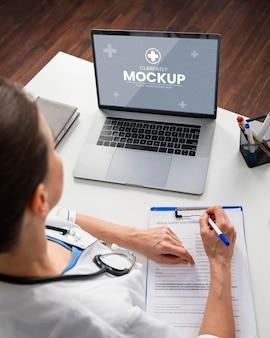 ノートパソコンで医者をクローズアップ