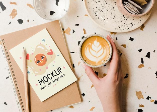 Primo piano mano che tiene tazza di caffè