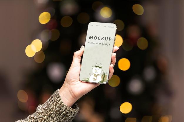 Primo piano mano che tiene il telefono mock-up