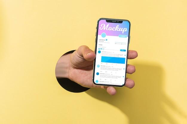 Крупным планом рука телефон