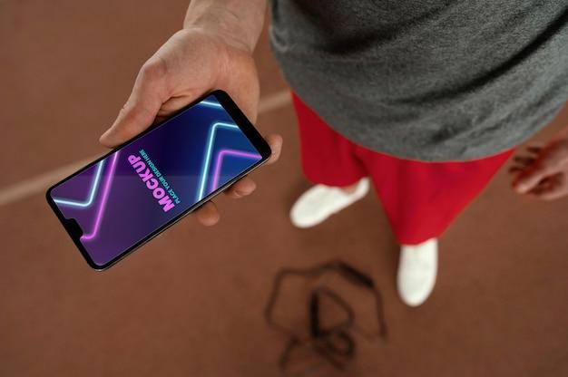 Smartphone che tiene la mano ravvicinata