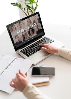 Primo piano digitando la mano sul laptop